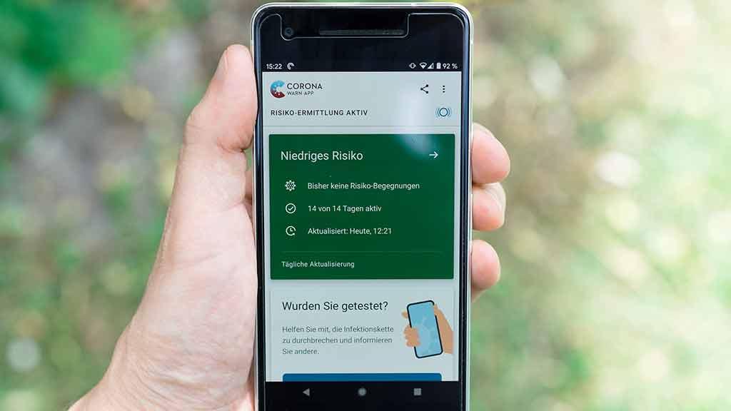 Corona Warn App Smartphone Hand Datenschutz