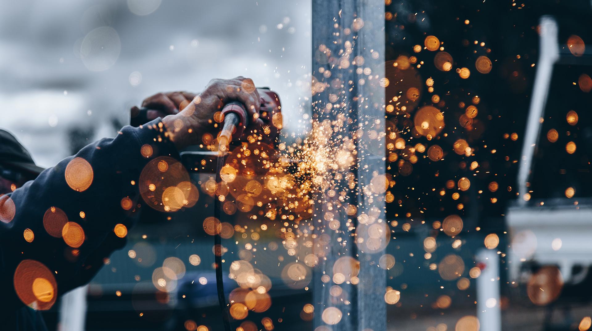 Arbeitssicherheit einhalten Funken sprühen schleifen Hände