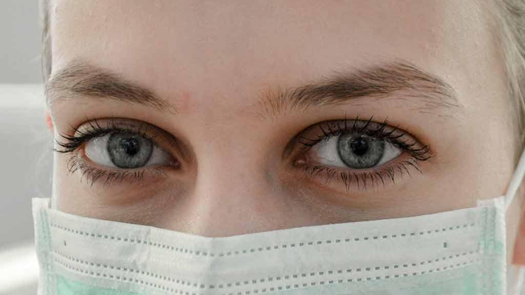 Frau Augen Maske Mundschutz sicher