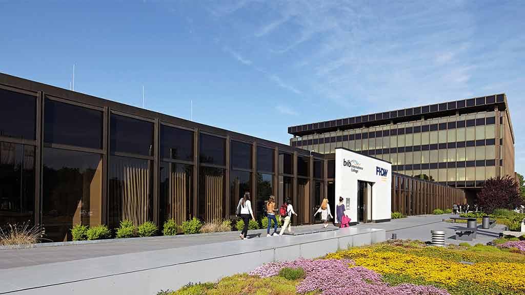 Fachhochschule der Wirtschaft Paderborn Eingang Gebäude Studierende