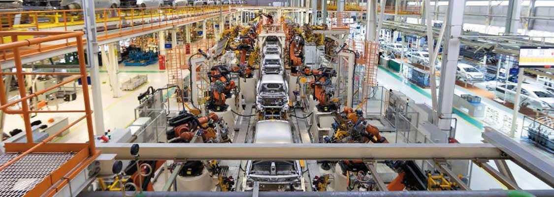 Fertigungsstraße Autos Maschinen große Anlage Sicherheit Arbeit Halle