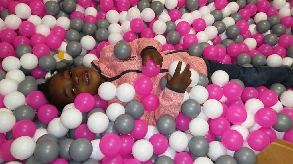 Nhaali aus Sambia im Bällebad Spaß bunt