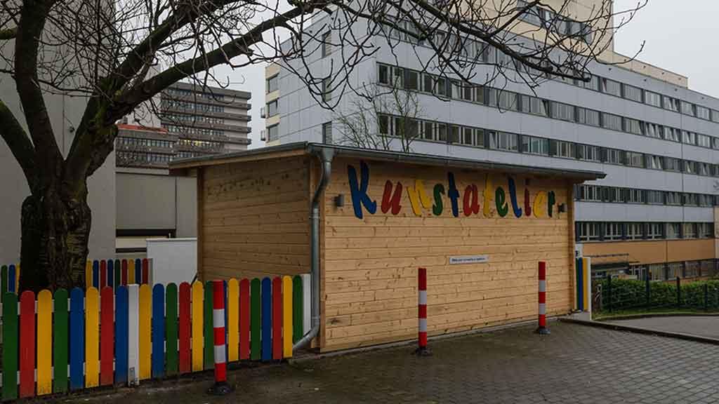 Kunstatelier bunter Zaun Farben Baum Gebäude